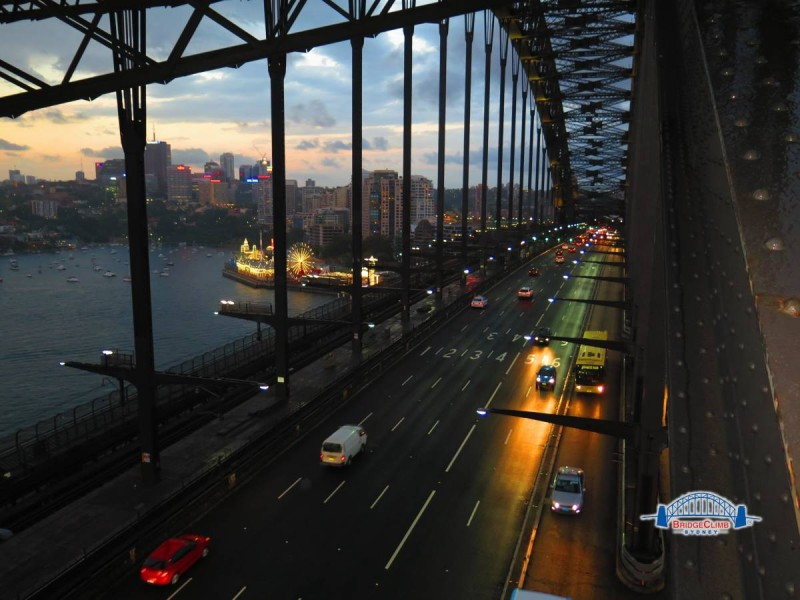 Sydney_harbour_bridge_Climb_twilight_traffic